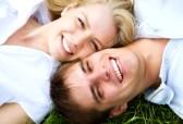 11927644-pareja-feliz-acostado-en-un-prado-en-verano