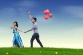 12150254-feliz-pareja-de-jovenes-enamorados-con-el-globo-rojo-del-corazon