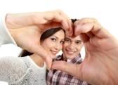 13497008-feliz-pareja-de-jovenes-enamorados-que-muestra-el-corazon-con-los-dedos-aislados-sobre-fondo-blanco