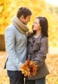 23317740-dias-de-fiesta-amor-viajes-turismo-relaciones-y-citas-concepto--romantica-pareja-besandose-en-el-par