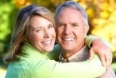 7726400-pareja-de-personas-mayores-de-edad-feliz-en-parque