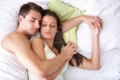 pareja-abrazada-en-cama